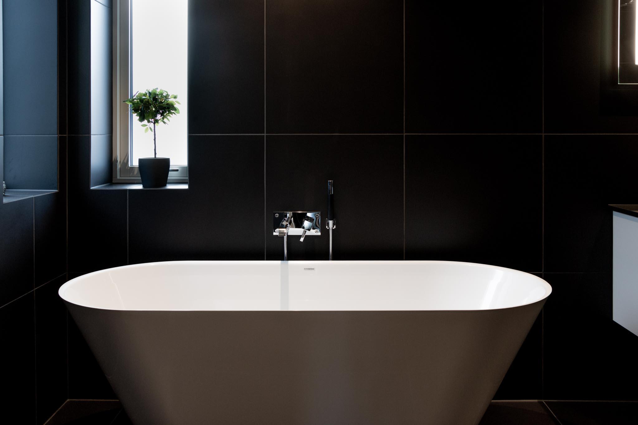 Nyoppusset bad med stilige baderomsmøbler, speil med lys og åpen løsning