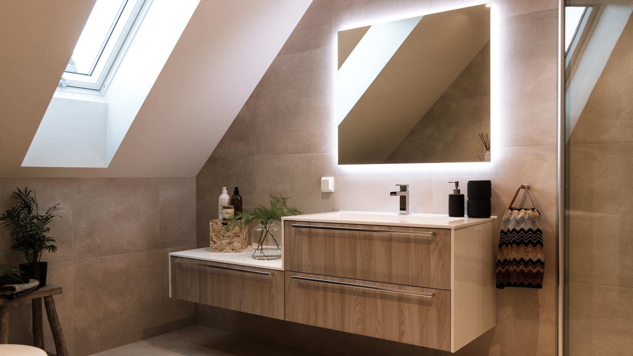 Nyoppusset og fint pyntet baderom med utbygget toalett