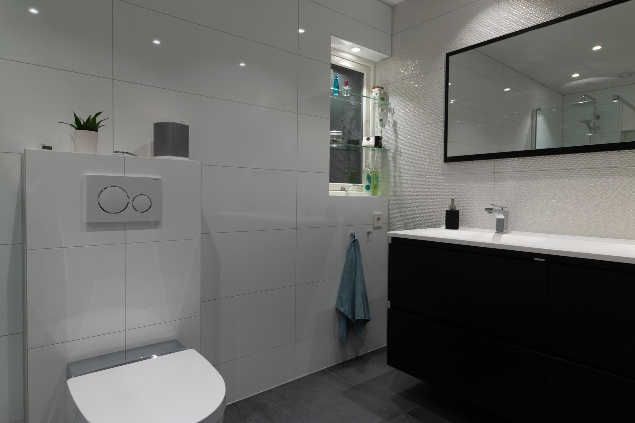 Nyoppusset bad med stilige baderomsmøbler, speil med spotter